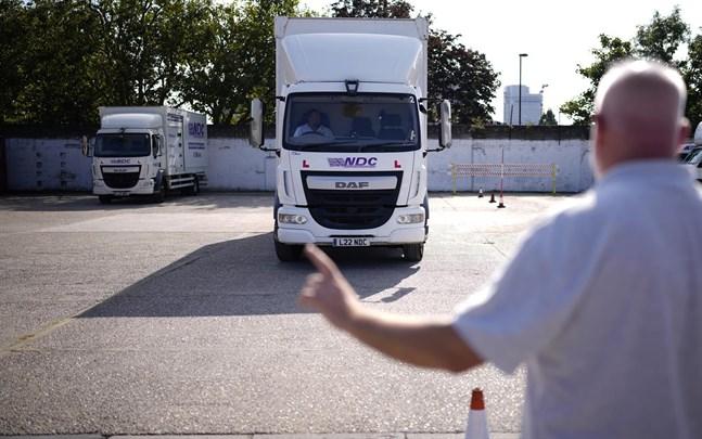 Fler grupper än vita män behöver köra lastbil, enligt Storbritanniens transportminister Grant Shapps.