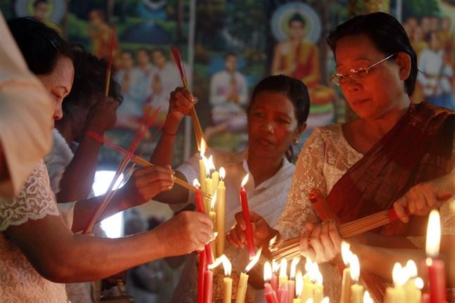 Buddhister i Kambodja brukar hedrar sina döda med en festival som nu tvingas avslutas i förtid.