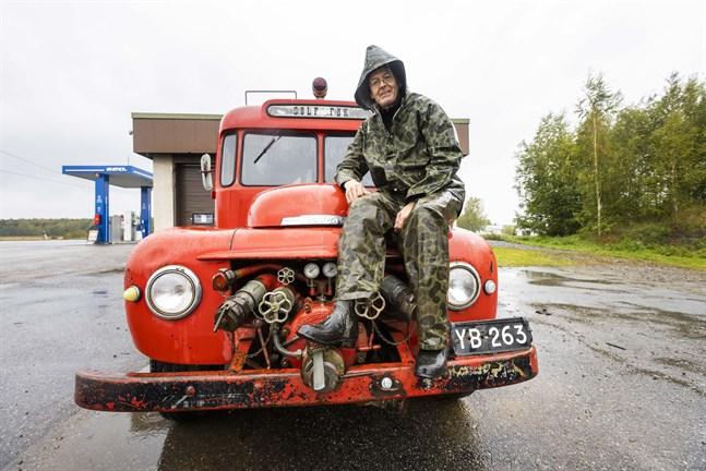 Roland Snickars är i färd med att sälja Solfs första brandbil eftersom tiden inte räcker till för att sköta den. Hans högsta önskan är att den skulle stanna kvar i byn.