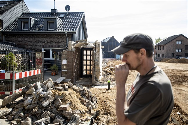 Timo Groten i förödelsen utanför sitt hus efter översvämningen i juli.