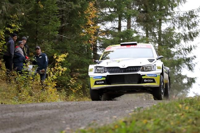 Kalle Markkanen med kartläsaren Kristian Temonen uppför backen vid Skriko.