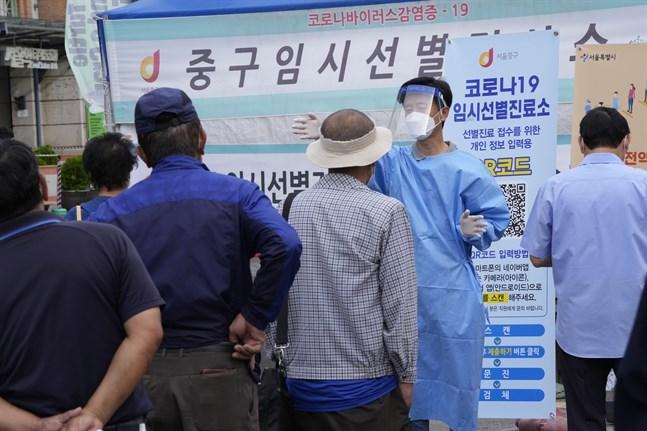 Människor köar för att ta covidtest i Sydkoreas huvudstad Seoul.