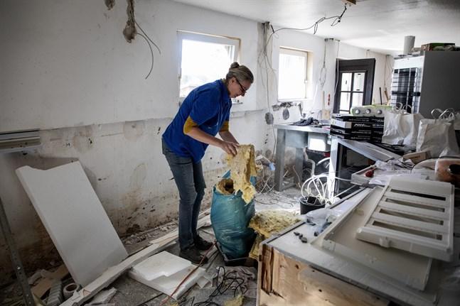 Krögaren Katja i förödelsen i sin restaurang efter översvämningen i juli.