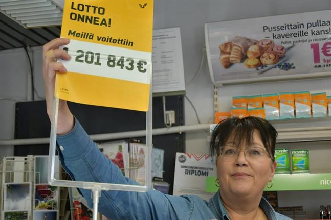 Köpman Soile Hiisiö på R-Kiosken i Kristinestad får byta ut skylten efter senaste storvinsten i maj och ersätta den med en vinst på 22,2 miljoner euro.