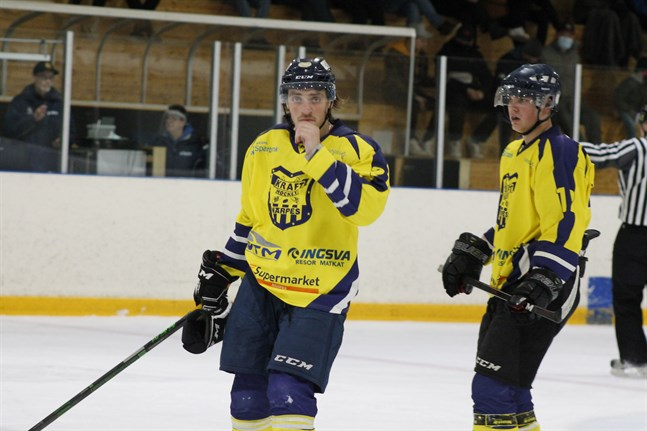 Assisterande kaptenen Maris Dilevka får beröm av tränare Peetu Koponen efter lagets andra raka seger i hockeytvåan.