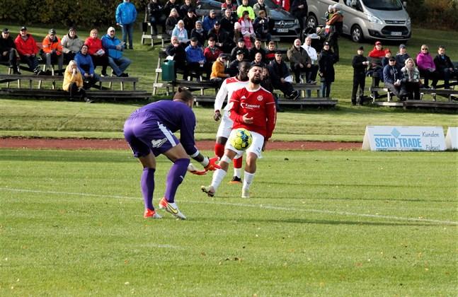 Det skapades målchanser åt båda hållen då Kikken och Sporting möttes. Här hinner Sportings målvakt Jordan Hadden före Kikkens Bekir Kadic på en boll.
