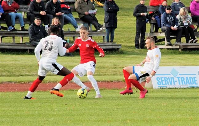 Sportings Antou Badjan och Sifet Becic kämpar mot Kikkens Amir Kalabic. Som det ser ut blir det inga division 3-matcher för dessa två lag nästa säsong.