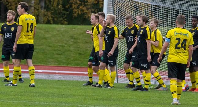 Uppställning vid hörna. Tvåmålsskyttarna Simon Kula (längst till vänster) och Thomas Kula (mitt i bild). Nummer 14 i Myran är Nicholas Enlund och nummer 24 Kim Salonen.