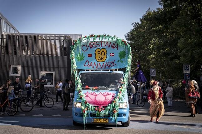 En parad gick genom Köpenhamn i onsdags för att uppmärksamma Christianias 50-årsjubileum. Den 26 september 1971 utropades området till fristad. Arkivbild.