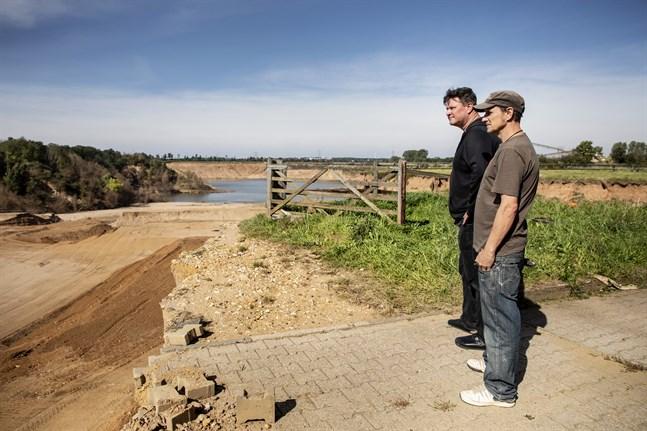Timo Groten och Martin Schmitt blickar ut över förödelsen efter översvämningen i juli.
