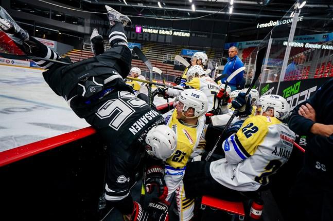 Det blev en del fysiskt spel i derbyt. Här tacklar Eemeli Masanen ut Victor Engman i båset.