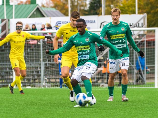Kristian Andersen i KPV täcker bollen med Severi Kähkönen i bakgrunden i matchen mot Jippo.