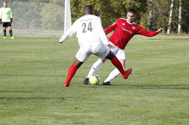 Kaskö IK:s Aldin Mehmedagic och Sportings Junior Oyono här i en duell i division 3-derbyt i september. Nu ser det ut som att båda lagen spelar i fyran nästa år.