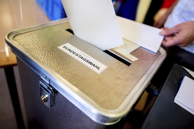 En person röstar i valdistriktet Prenzlauer Berg i Berlin.