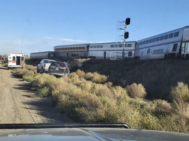 Fem tågvagnar har spårat ur i Montana i nordvästra USA.