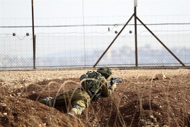 En israelisk soldat vid gränsen mot Västbanken, nära Jenin.