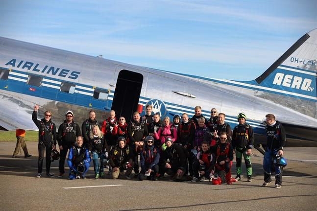 24 taggade fallskärmshoppare strax före det historiska hoppet i Vasa.