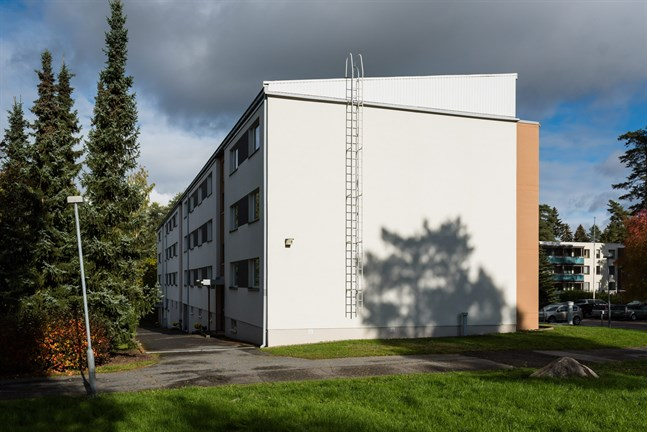 På gården utanför ett bostadshus i Kettumäki stadsdel i Tavastehus inträffade en skottlossning på fredagkväll där två personer skadades.