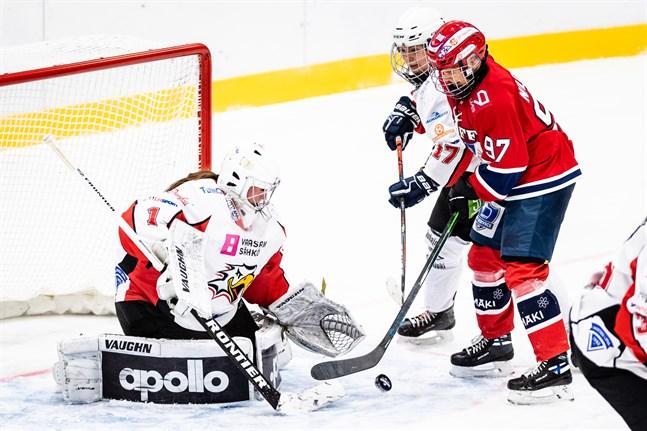 Susanna Kupari försöker störa medan HIFK-yttern Matilda Nilsson forcerar mot Oona Mäki. Sports målvakt antecknades för 56 räddningar i Helsingfors.