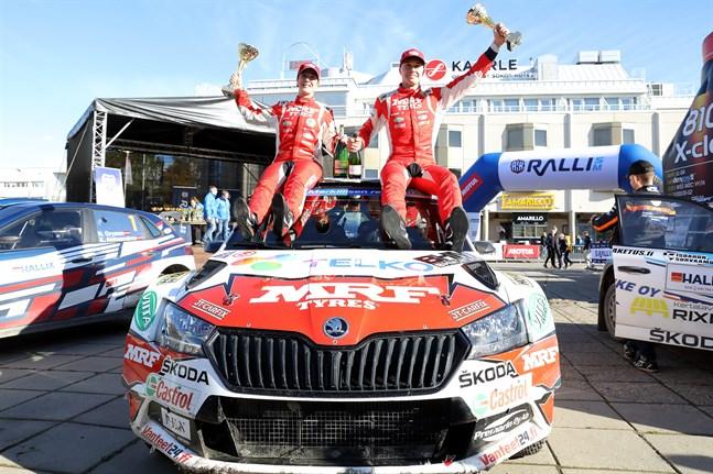 Efter söndagens fartfyllda framfart på vägarna i Markby och Purmo återvände Emil Lindholm och kartläsaren Reeta Hämäläinen till torget i Karleby som segrare.  De vann inte bara den sista deltävlingen utan också FM-titeln.