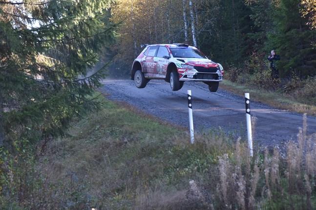 """Emil Lindholms Skoda lyfte i """"hopporna"""" strax efter gårdarna i Stenvatten, men landningen var lika kontrollerad som körningen i övrigt. I skogskanten beundrar Kållbybon Johan Granlund den blivande mästarens sätt att ta sig fram på grusvägen."""