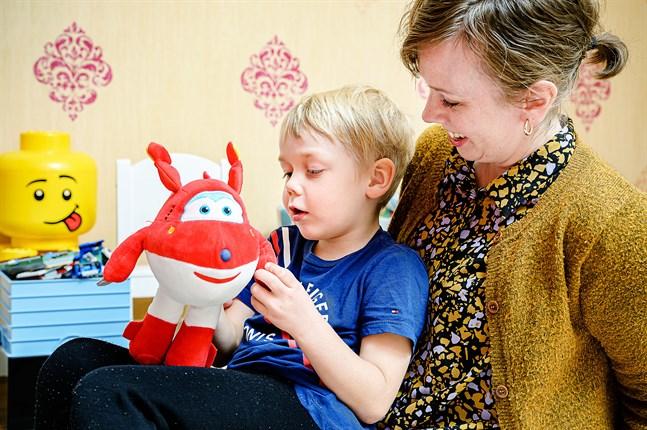 Sara Nikula-Nyman och sonen Arne Nyman diskuterar vaccinstudien. Arne tyckte inte alls att det gjorde ont att få sprutor.