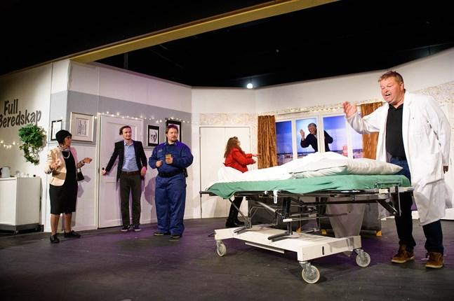 Inte helt välordnad sjukhusvardag. Demenspatienten Ralf Sebbas (Hans Svahn) är ute och klättrar på sjukhusfasaden. På bilden, från vänster: Mona Granholm, Kristian Nordblad, Måns Backman, Sandra Aspelin, Hans Svahn och Mikael Gädda.