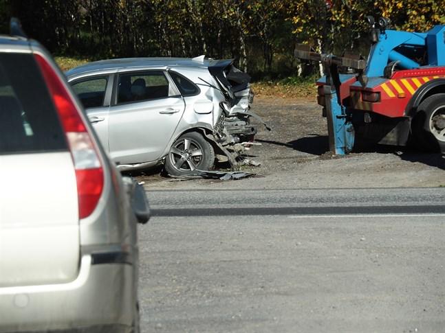 Fyra personbilar har krockat på Rikstretton på måndagseftermiddagen i Karleby.