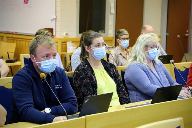 Malaxfullmäktige beslöt att planläggningen av vindkraftsområdet i Juthskogen ska tas om. Jan Tallgren (SFP) var en av flera ledamöter som var jäviga och gick ut under behandlingen. Till höger om honom sitter Minna Söderholm (SFP) och Ann-Helene Ståhl (SFP).