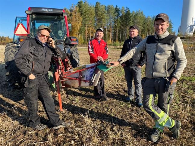 På tisdag inledde Lars Erik Staffans, Dan Norrgård, Gösta Lindholm och Tom Renlund  de praktiska förberedelserna inför plöjnings-FM som startar på fredag, då även de Finlandssvenska mästerskapen i traktorprecision avgörs i  Pensala.