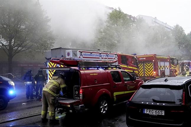 Explosionen och bränderna har lett till en kraftig rökutveckling.