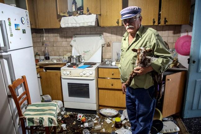 Mannen bor i byn Saba på Kreta.