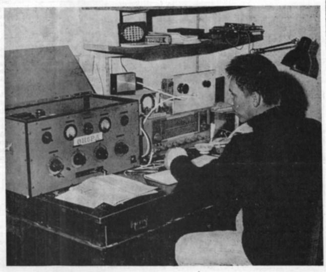 Ben Nyberg i Närpes är intresserad radioamatör. Här ses han vid sin station OH 6PA, med vilken han redan fått kontakt med radioamatörer i 14 olika länder.