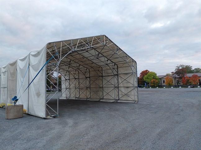 Tältet var först på plats när sjukhuset började förbereda flytten.