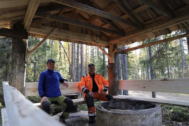 Bo Beijar och Jan Wasberg har slagit sig ner vid grillplatsen. Grillplatsen är tillgänglig med bil.