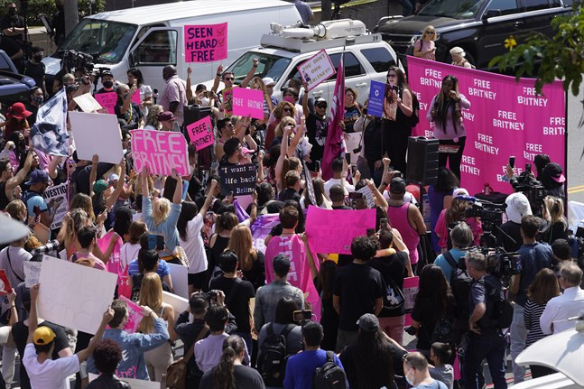 Britney Spears fans samlades utanför domstolen i Los Angeles där stjärnans förmyndarskap avhandlades.