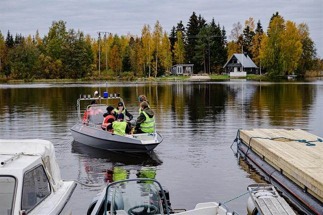 Eftersökningar gjordes utanför Södö båthamn i Lepplax igen i onsdags. Arkivfoto.