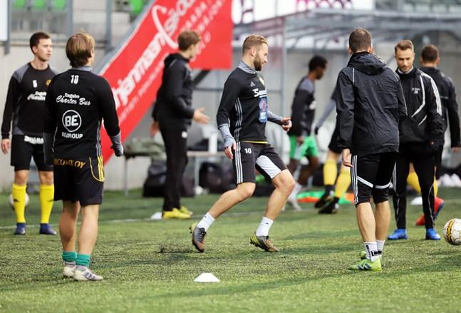 Matias Träskbäck (i mitten) och resten av gänget i FC Kiisto valde att inte göra ett försök att ta sig till division 2.
