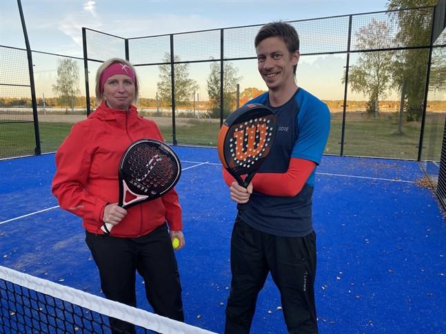 Saija och Henrik Ådjers spelar padel två gånger i veckan. Det är inte tungt, intygar de.
