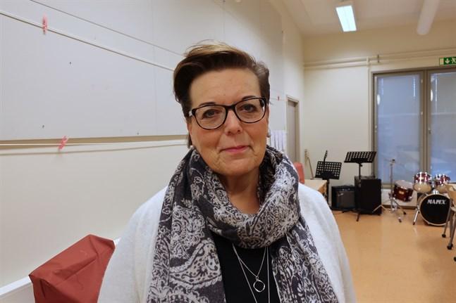 Carola Holm-Palonen, chef för utbildningstjänster i Larsmo, betonar att vaccindiskussionen är känslig och att lärarkåren har ett ansvar att hålla den på en neutral nivå.
