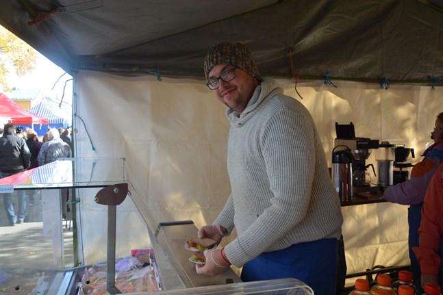 Det är god åtgång på fisksmörgåsarna, säger Fredrik Eklund som serverade dem i Fiskeklubben Salars stånd.