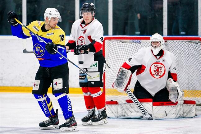 Alexander Jakovlev gjorde sin första match för Malax IF. Här jobbar han på en styrning framför KuRy-backen Vilho Yli-Hannuksela och målvakten Oskari Hanka.