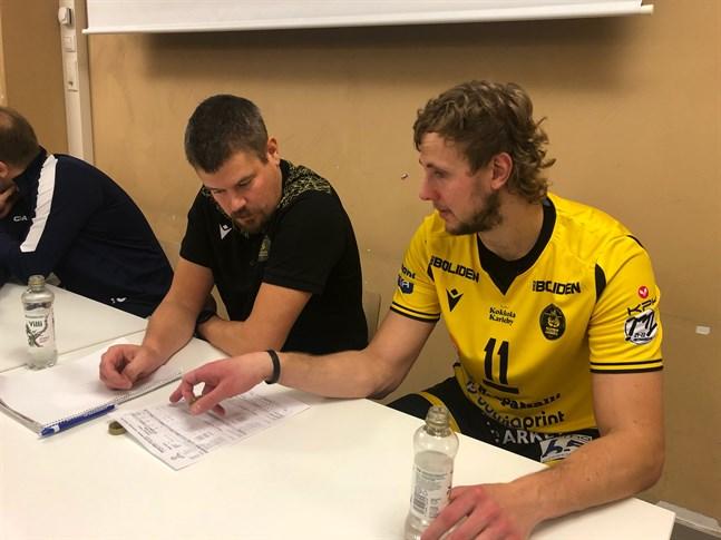 Tränaren Mikko Keskisipilä och prisbelönade Antti Leppälä studerar matchstatistiken i väntan på att pressinfo börjar.