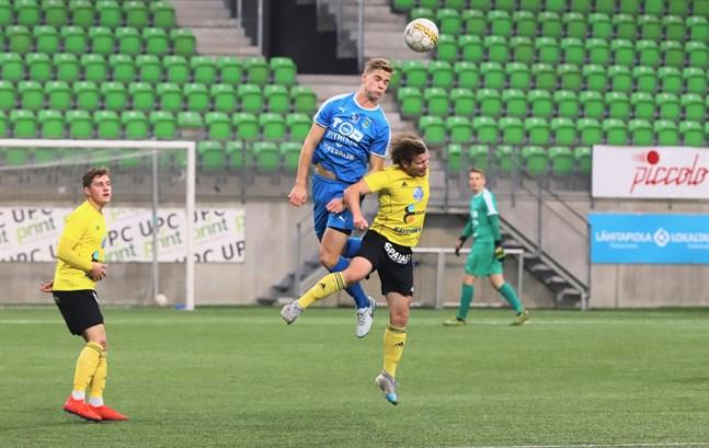 Det var nivåskillnad mellan Tampere United och FC Kiisto på söndagskvällen. Här når Severi Kankkunen högre på en nickduell mot Pekka Liukkonen.