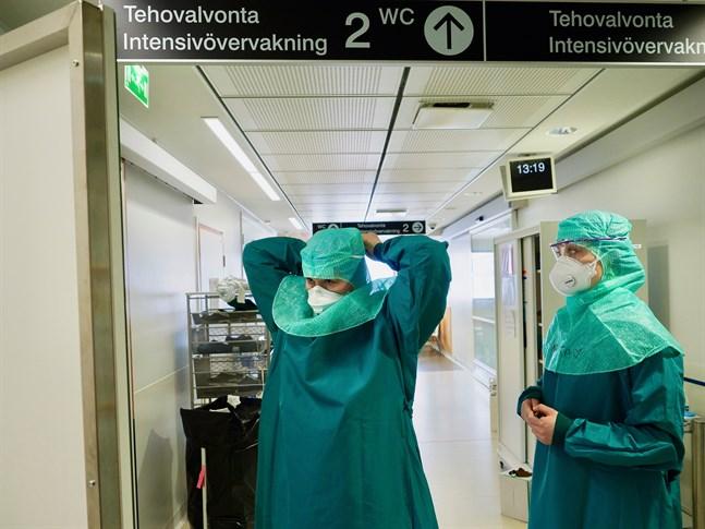 Antalet personer som får intensivvård för covid-19 har ökat. Bilden är från intensivvårdsavdelningen vid Åbo universitetscentralsjukhus i våras.