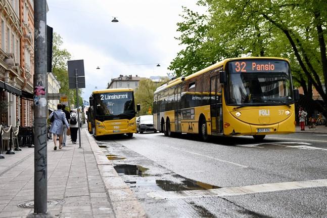 Åboregionens lokaltrafik slopade sitt munskyddstvång i mitten av juni, men återinförde det när coronaläget försämrades. Nu är det dags att slopa kravet på nytt.