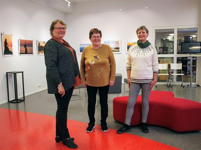 Ulrica Wik, Margareta Sarvela och Gun-Marie Wiis. I bakgrunden skymtar Margareta Sarvelas fotografier till vänster och Ulrica Wiks till höger.