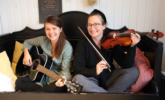 Susanne Marins, till vänster, och Carla Fri välkomnar publiken till den interaktiva berättarföreställning som de är med och leder på Malakta på söndag. Då kommer de också att använda en del instrument.