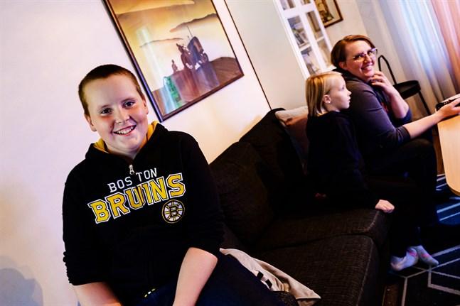 Hugo Granqvist är en glad kille som tar sin ovanliga sjukdom med ro. I bakgrunden mamma Åsa och lillasyster Tove.
