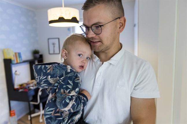 Jonas Stubb och sonen Arvid tillbringar hösten och vintern tillsammans hemma. Några dagar i veckan har Arvid sällskap av storebröderna Edward och Ivar.